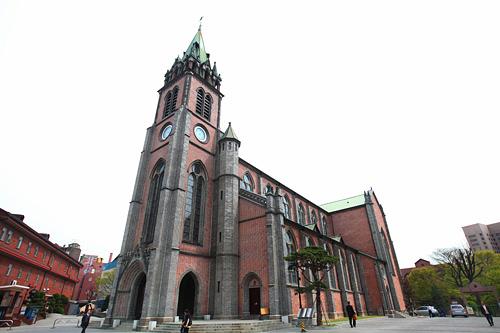 明洞聖堂繁華街・明洞に佇む荘厳な聖堂(史跡258号)。韓国初の煉瓦でできたゴシック建築で、現在は韓国カトリック教会のシンボルとして、信者だけでなく多くの観光客が訪れる場所となっています。