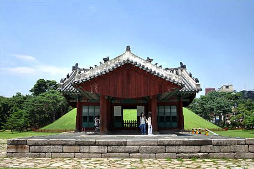 宣陵・靖陵世界遺産にも指定されている朝鮮王陵の1つ。宣陵は第9代王の成宗と彼の2番目の継妃である貞顕王后の陵です。観光地としてもホットな江南エリアに位置し、訪れやすいでしょう。