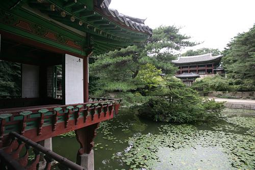 昌徳宮第2の王宮だったという、韓国五大古宮の1つ。中でももっとも保存状態が良く、唯一世界遺産に選定されています。美しい自然と建築が調和し、都会の喧騒を忘れられるでしょう。