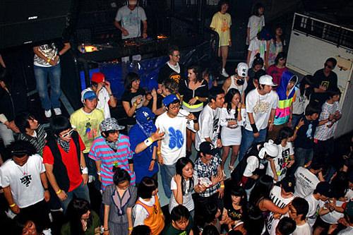 弘大クラブ通りロック、ジャズ、パンク、ヒップホップ、テクノなど様々なジャンルのライブハウス・クラブが密集。韓国最先端クラブミュージックを体感でき、週末は若者たちが朝方まで街を闊歩します。