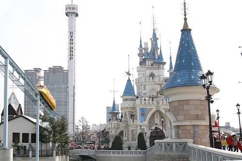 ロッテワールド韓国の遊園地といえばロッテワールドというほどの定番テーマパーク。室内と野外の2エリアからなり、絶叫系アトラクションからパレードまでお楽しみコンテンツが満載です。イベントもよく開催されます。