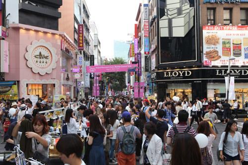 明洞ソウル最大の繁華街で日本語が通じやすく、観光客に人気No.1のエリア。コスメやファッション専門店、免税店、百貨店などのショップだけでなく、エステ、レストラン、ホテルまで「ないものはない」ほど充実しています。