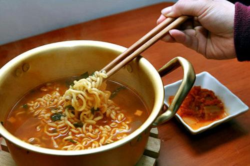 ノグリ (mmkim)ノグリ大好き。ゴマ油やチーズ&卵、ワカメ、トッ(餅)を入れるとおいしい。ダシのコンブは食べない派です。