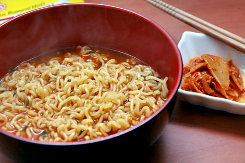 ジンラーメン (naro)あっさりして食べやすくアレンジしやすいので、卵や野菜(菜っ葉もの)を入れて食べるのが好きです。