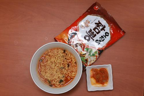 オジンオチャンポン(tjbang)スーパーで売ってる冷凍マンドゥ(韓国式餃子)や卵を入れて食べたりします。常に家にストックがあります。