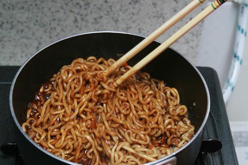 オリーブチャパゲティ(記者Y)韓国に住んで3年。韓国のラーメンは辛いのであまり食べません。今回初めてチャパゲティを食べました。