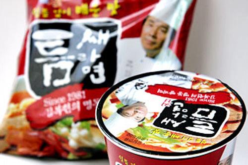 トゥムセラミョン(GS25)カップ800ウォン(280kcal)、袋麺900ウォン(485kcal)