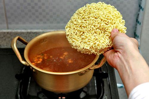 3.麺は割らずにそのまま入れる。この時、同時に2つ以上茹でないこと