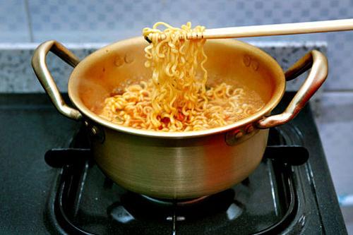 4.麺をほぐしながらゆで、2~3回お箸でつまみあげるようにするとコシがでる