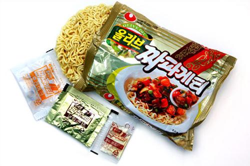 1.内容物(左から) 麺、フレーク、顆粒スープ、オリーブオイル