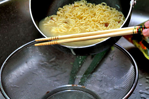 3.水を8スプーンほど残しお湯を捨てる。顆粒スープとオリーブオイルを入れて、混ぜる