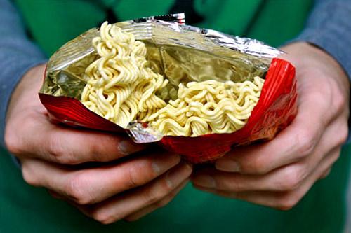 1.袋からスープを取り出し、袋の上から麺を細かく砕く
