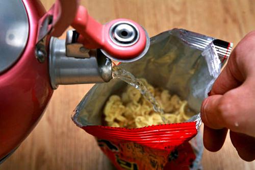 4.熱いお湯を注ぎ入れる