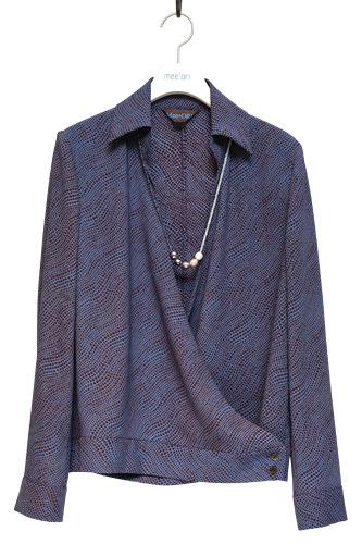 大人の女性を演出できるネイビーのカシュクールドレープシャツ245,000ウォン(アクセサリーは含まず)