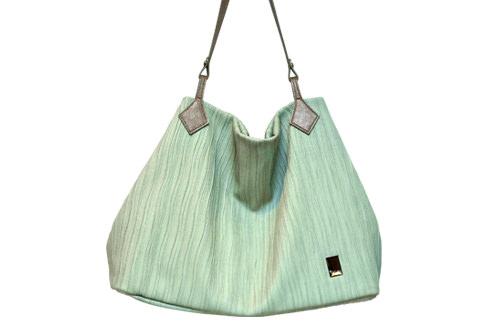 クイーンズバッグは、落ち着いたミントカラー。持つ人の年齢を選びません130,000ウォン