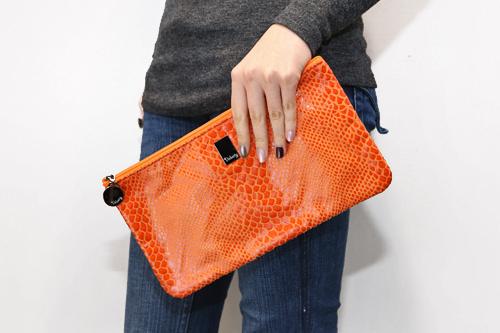 刺激的なオレンジのクラッチバッグは、バッグインバッグとしても使えます33,000ウォン