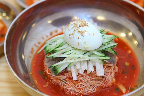 ピリ辛混ぜ冷麺 7,000ウォンコチュジャンベースの甘辛い味付けが病み付きに