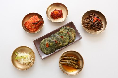 定食は韓国風お好み焼き(ジョン)とおかず5品がつきます