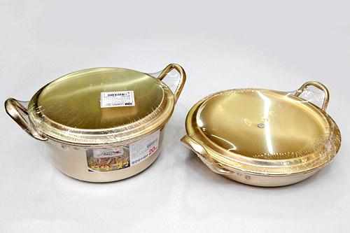 お土産に人気の金色の鍋 各5,000ウォン
