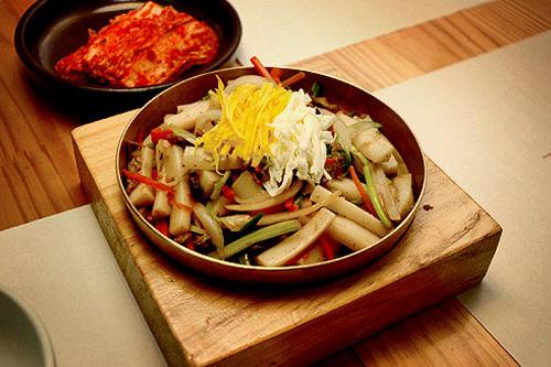 もともとは王が食べるご馳走だった!唐辛子が流入する17世紀前までは、辛くない醤油味のトッポッキが王のご馳走として食べられていたそう。現在「宮中トッポッキ」として楽しめるお店もあります。