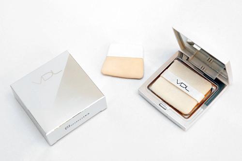 自社開発した美白成分配合のファンデーション。まんべんなくぬれる「VDL」オリジナルパフ付き。ブライトニング パウダーファンデーション SPF 45/PA+++ 30,000ウォン