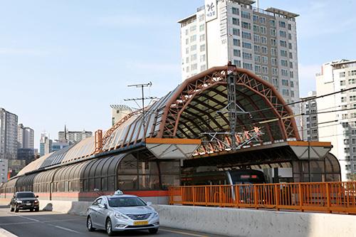 駅舎も橋も地下鉄3号線と揃いのオレンジ色