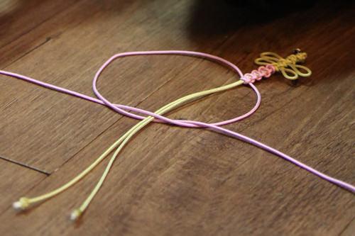 2.先生のお手本に従って糸を組みます