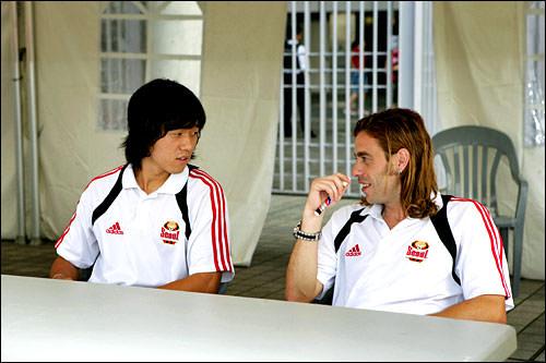 談笑中のパク・チュヨン選手と ヒカルド選手