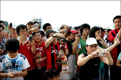 選手の写真を撮るのに必死のファンたち
