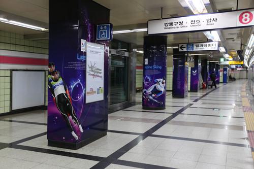 プラットホームの柱を利用して冬季オリンピックの競技種目を紹介