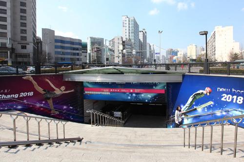 1番出口(地図1)にはフィギュアスケートのキム・ヨナ選手の大きなパネルも
