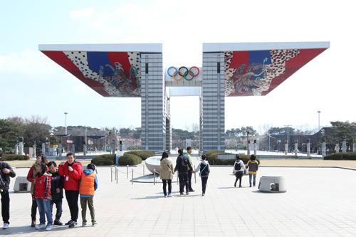 1番出口を出ると、正面にはお馴染みの「世界平和の門」(地図2)が見えます。