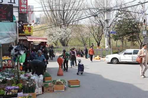 土城付近は昔ながらの市場の雰囲気が残る。