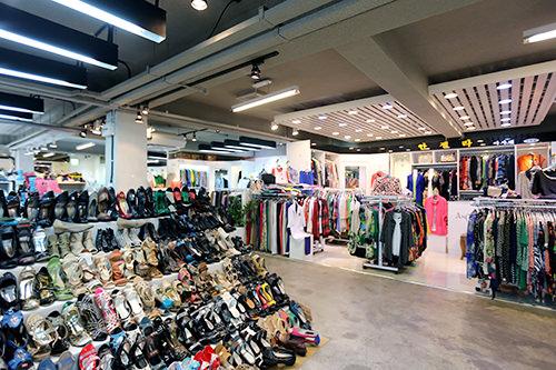 衣類、雑貨などが集まる2階