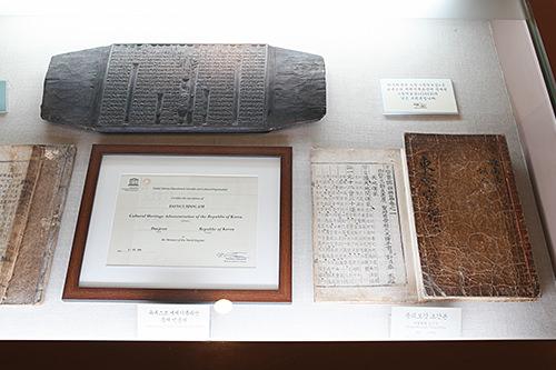 ユネスコの登録証(左)と「東医宝鑑」の初刊本(右)