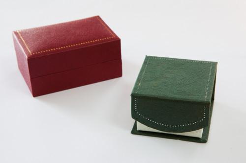 ギフト用ボックス(右)紙製ボックス 1,000ウォン(左)指輪ケース 3,000ウォン