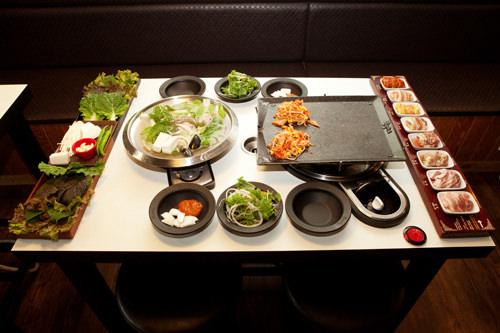 肉や野菜、鍋と鉄板が並ぶ基本セット