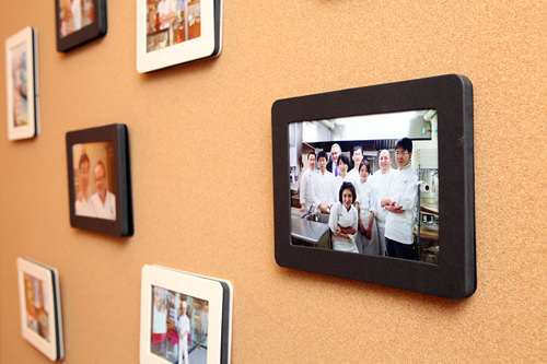 店内には日本での修行時代に仲間や師匠と一緒に撮った写真が