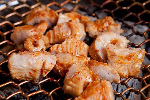 ミノ(牛の第1胃袋)こりこりした食感を持つミノ。コレステロールゼロで淡白な味わいが特徴。