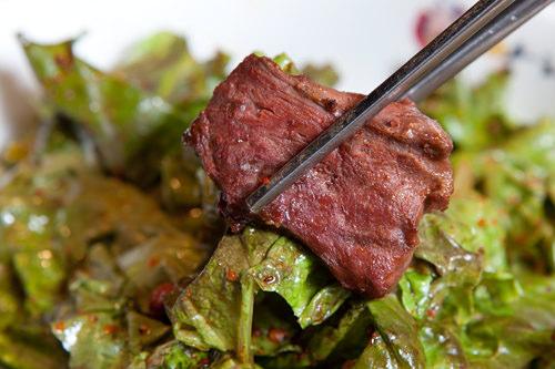 香ばしいエゴマ入りドレッシングで合えた野菜で味にアクセントをつけて