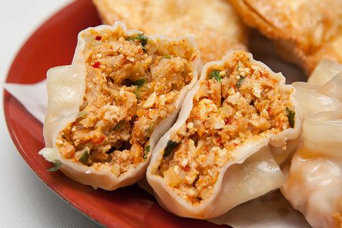 ピリッと辛い味わいの蒸し餃子(キムチ入り)