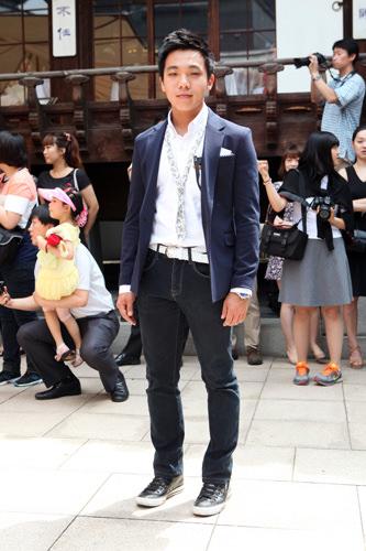 関係:新郎の教え子先生の結婚式はちょっと気合を入れてシャツとジャケットでセミカジュアルに。友達ならもう少しラフな服装で。