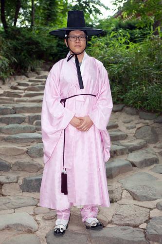 関係:新婦の友人伝統的なスタイルの結婚式で、新郎を誘導する役割を担当することになり、今日は特別に韓服で。