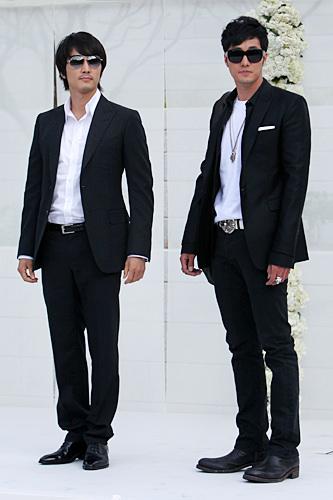 シャープな印象の黒スーツソン・スンホン(左)ソ・ジソプ(右)(チャン・ドンゴン結婚式)