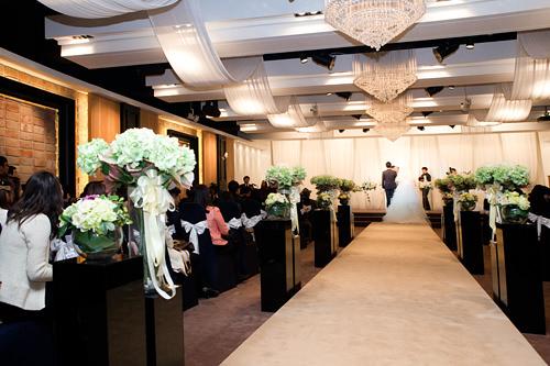 専用ウェディングホール・式場と食事会場が別・招待客が食事中に別室でペベクが行なわれる(ペベクは夫の親族のみ出席)