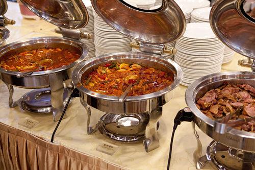 韓洋中、様々な料理が並ぶ