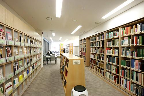 文化情報室には日本の書籍やDVDが揃う