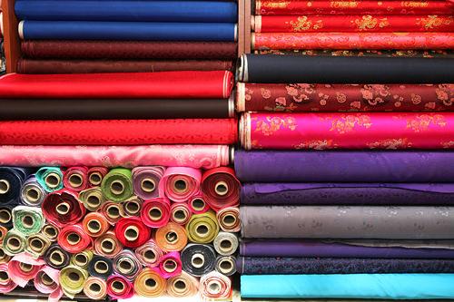 カイコの繭から作られる絹織物の数々