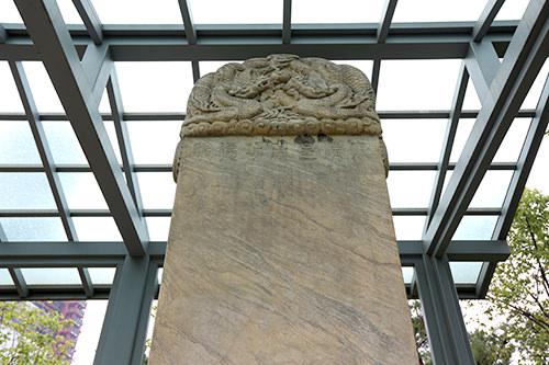 刻まれた「大清皇帝功績碑」の文字