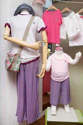(左)Tシャツ (1枚)20,000ウォン ズボン 35,000ウォン カバン 20,000ウォン (右)タンクトップ 7,500ウォンズボン 23,000ウォン